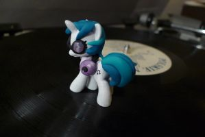 Vinyl Scratch custom by WitchBehindTheBush