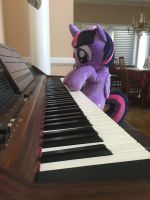 Princess Twilight Plays The Piano by mayorlight