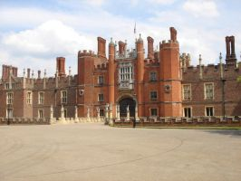 Hampton Court Palace by jemmans