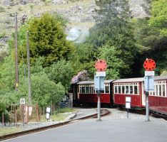 Earl of Merioneth's Train at Tanygrisiau Signals by rlkitterman