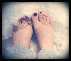 snowy toes by sataikasia
