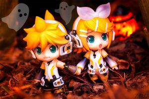 Haloween Twins 2 by zir0photo