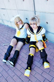 rin and len by akimi-matsumoto